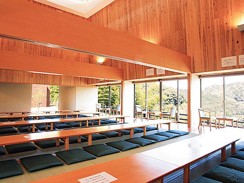 明恵峡温泉の休憩所。座敷の部屋に大机と座布団が並ぶ。