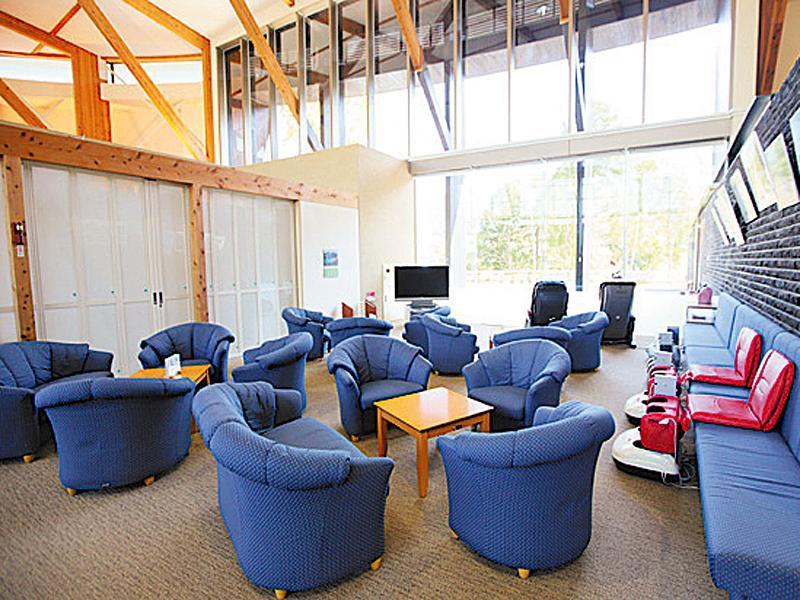 明恵峡温泉の待合所。青色の一人がけのソファが複数並ぶ。