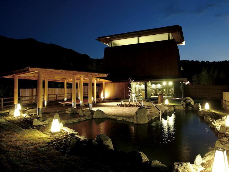 夜の明恵峡温泉の露天風呂の写真